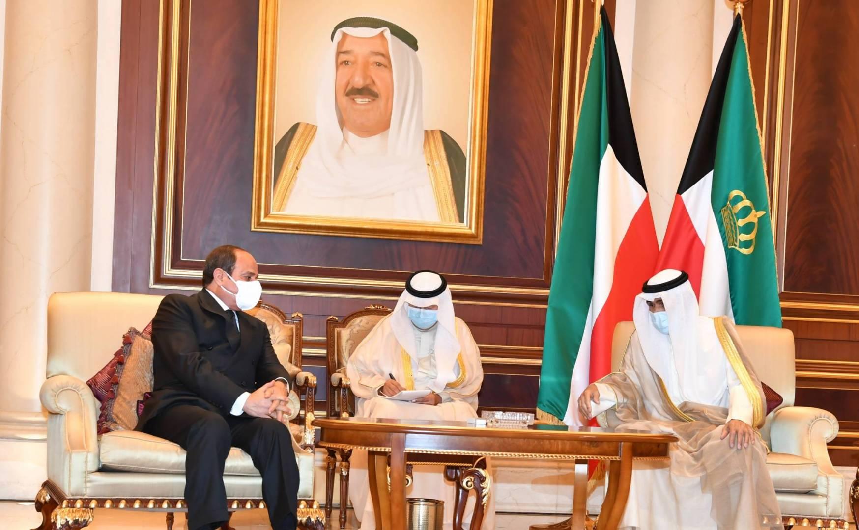 سمو أمير البلاد يستقبل الرئيس المصري للتعزية بوفاة الأمير الراحل