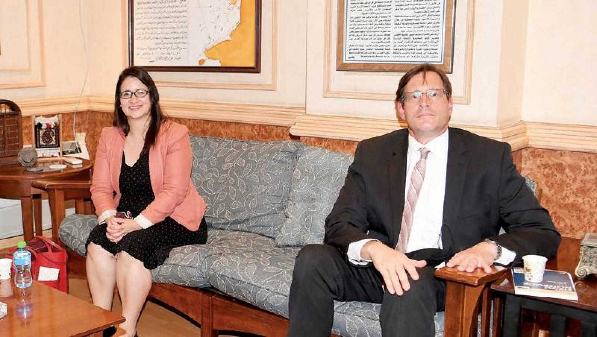 ستيوارت بايتز ولوردس لاميلا خلال زيارة القبس   (تصوير: حسني هلال)