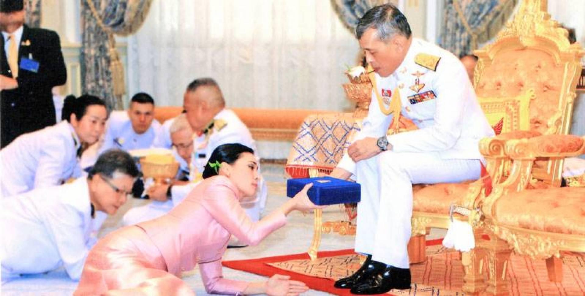 ملك تايلند مقدماً هدية للملكة سوثيدا في قاعة أمبورنسان ثرون في بانكوك