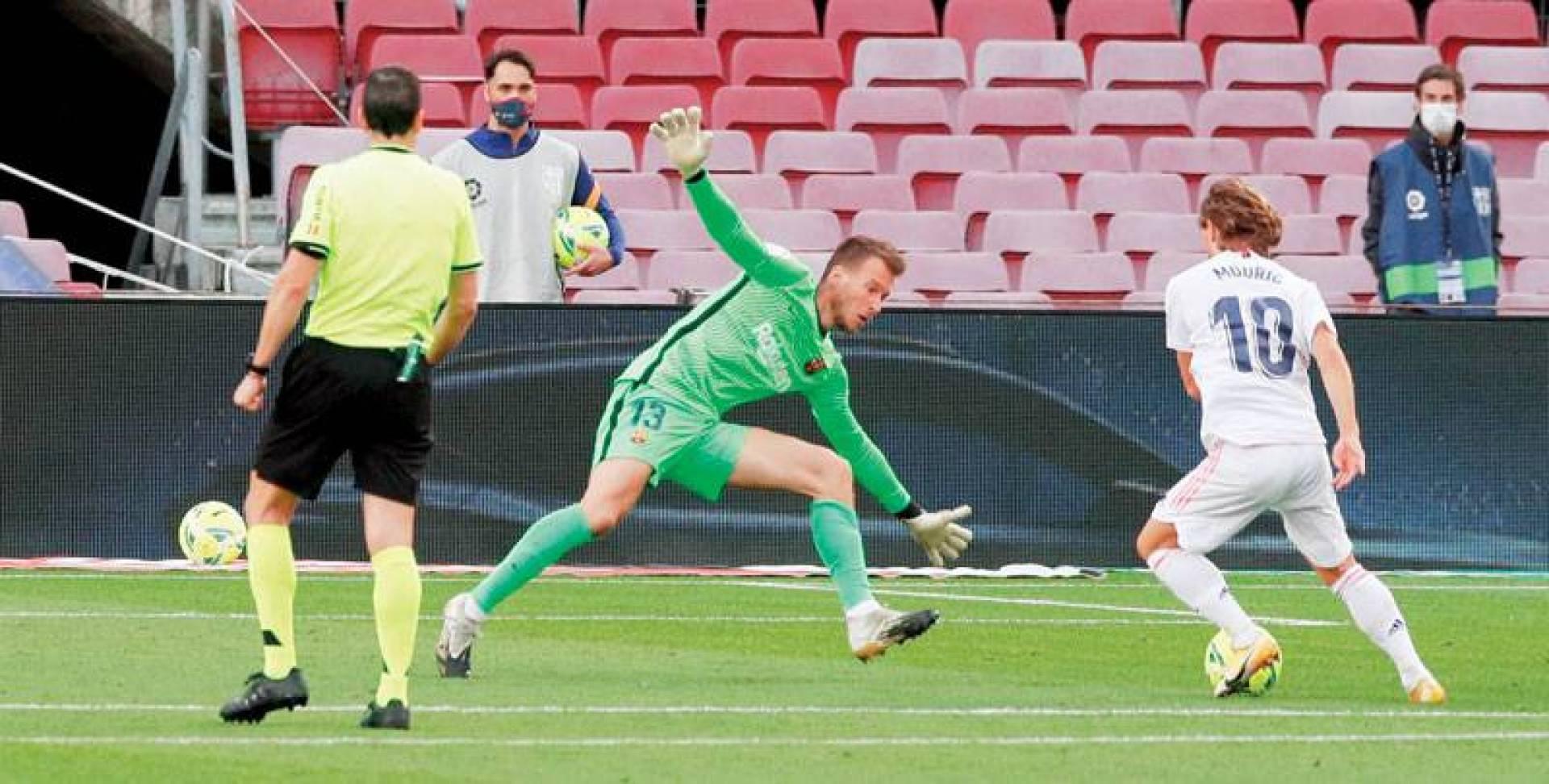 مودريتش متلاعباً بالحارس نيتو قبل أن يسجل الهدف الثالث لريال مدريد (رويترز)