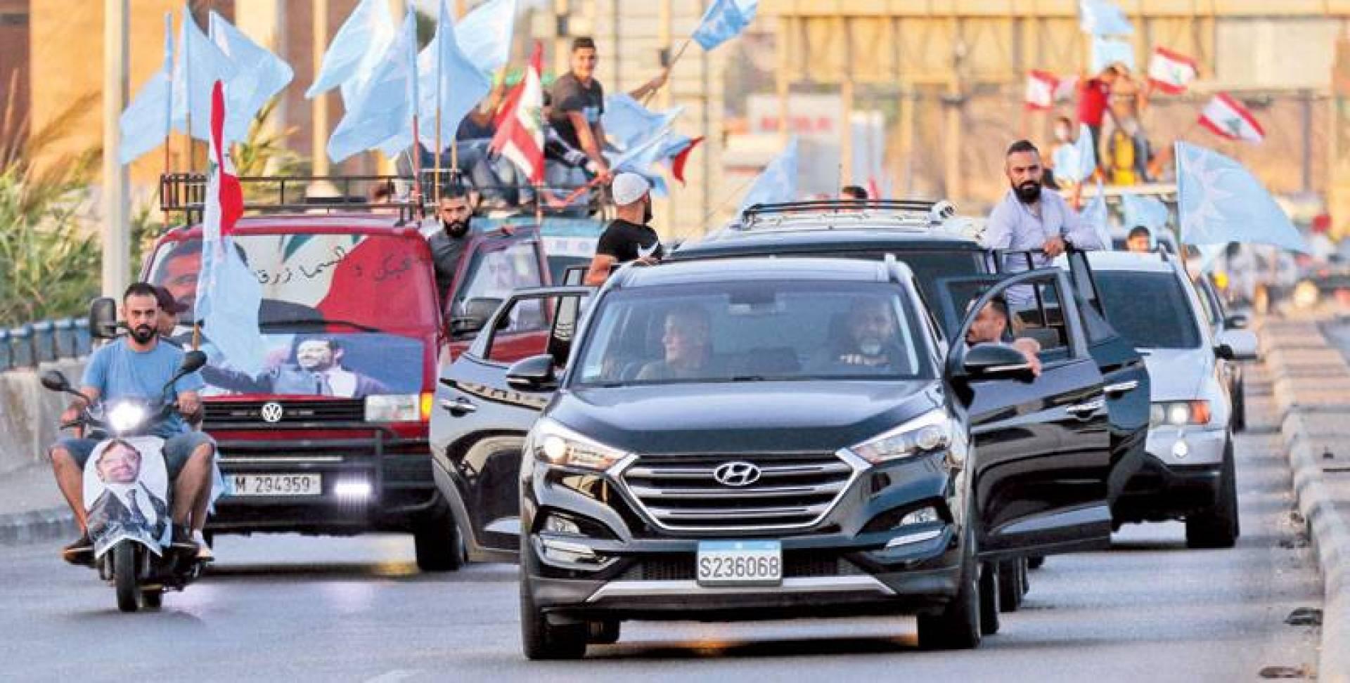 موكب سيارات لأنصار تيار المستقبل في صيدا احتفالاً بتكليف الحريري  تشكيل حكومة جديدة (أ ف ب)