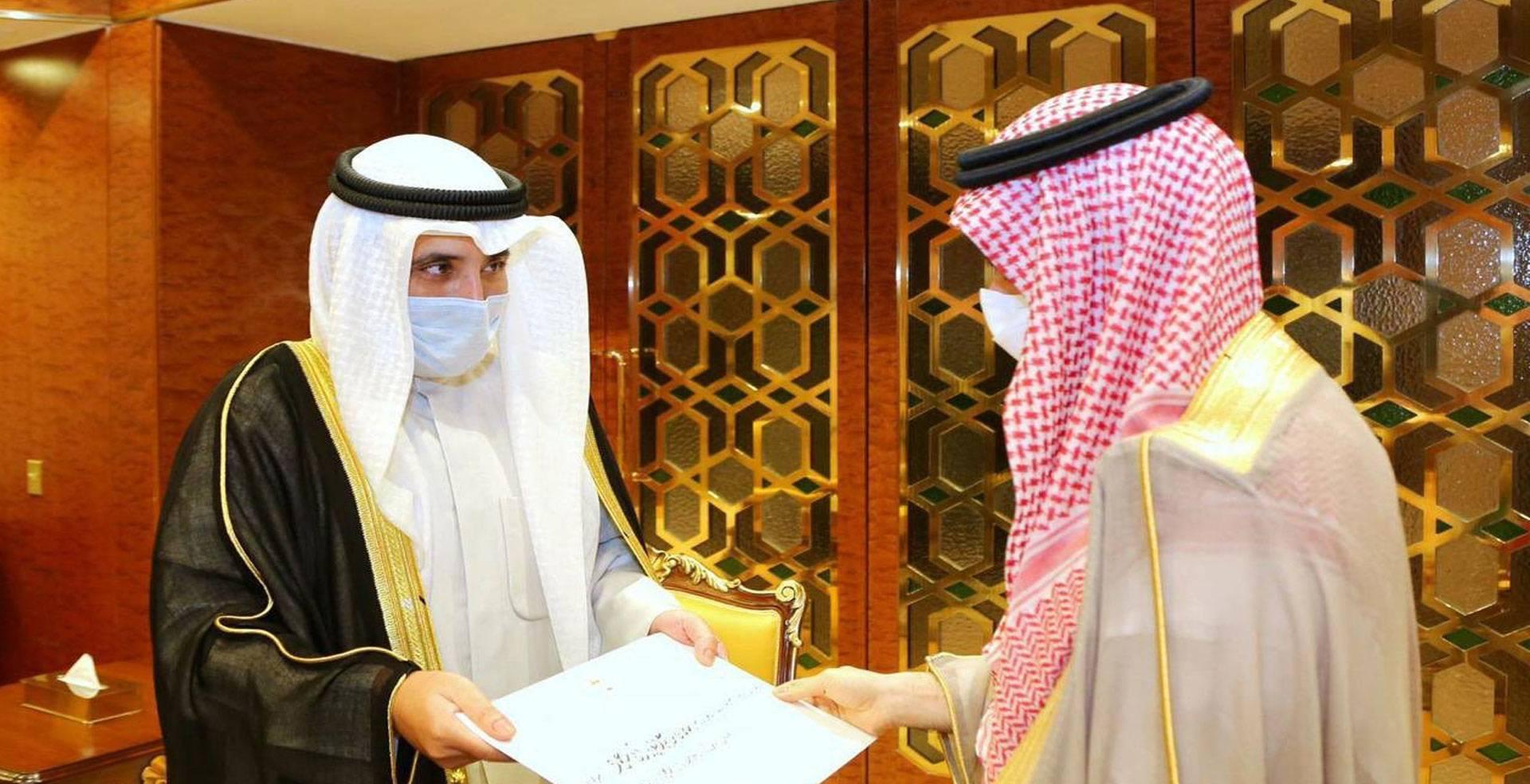 وزير الخارجية الشيخ الدكتور أحمد الناصر يسلم الرسالة لنظيره السعودي صاحب السمو الأمير فيصل بن فرحان بن عبدالله