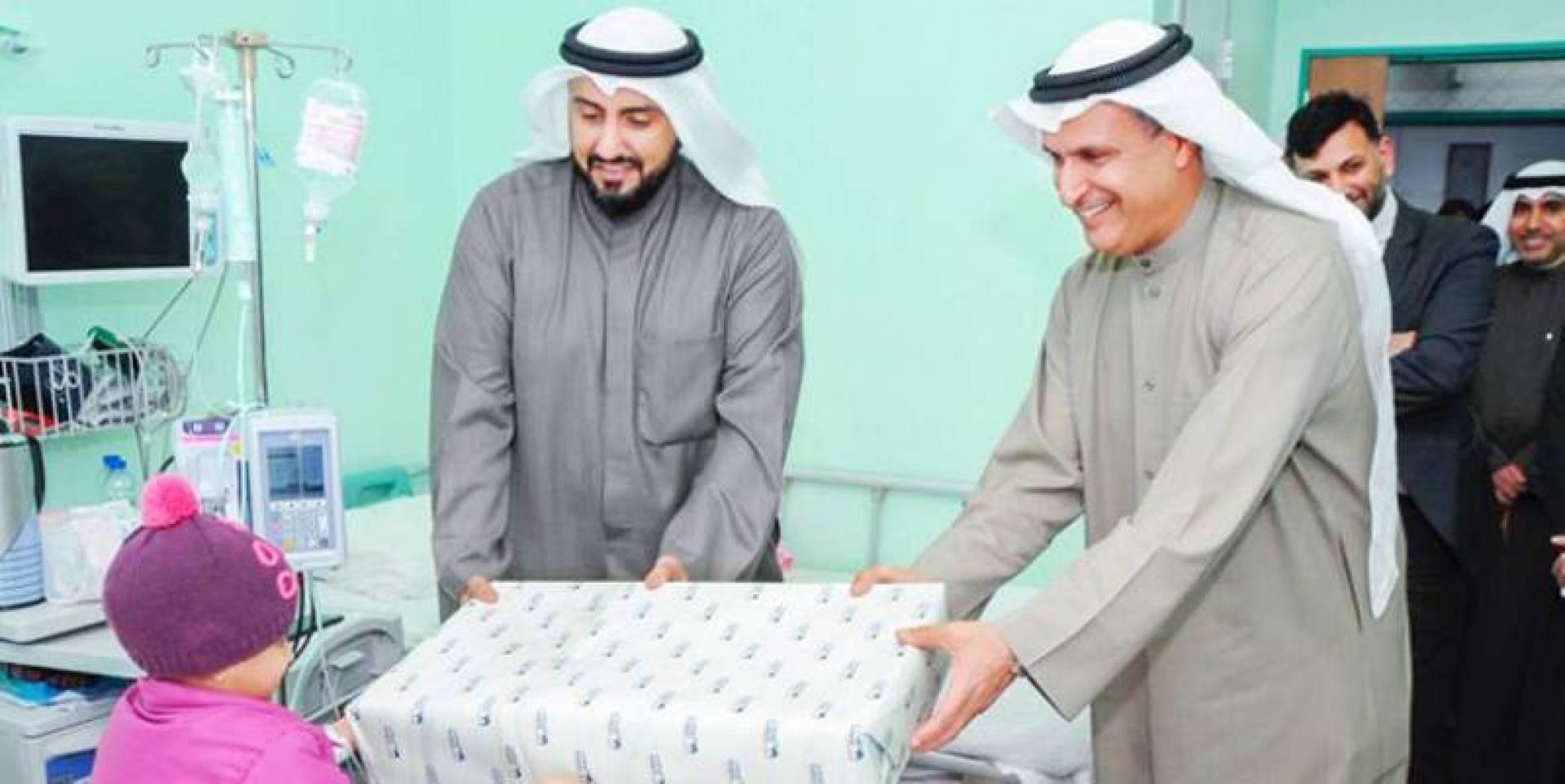 عصام الصقر مرافقاً وزير الصحة د. باسل الصباح في زيارة للمستشفى (أرشيفية)