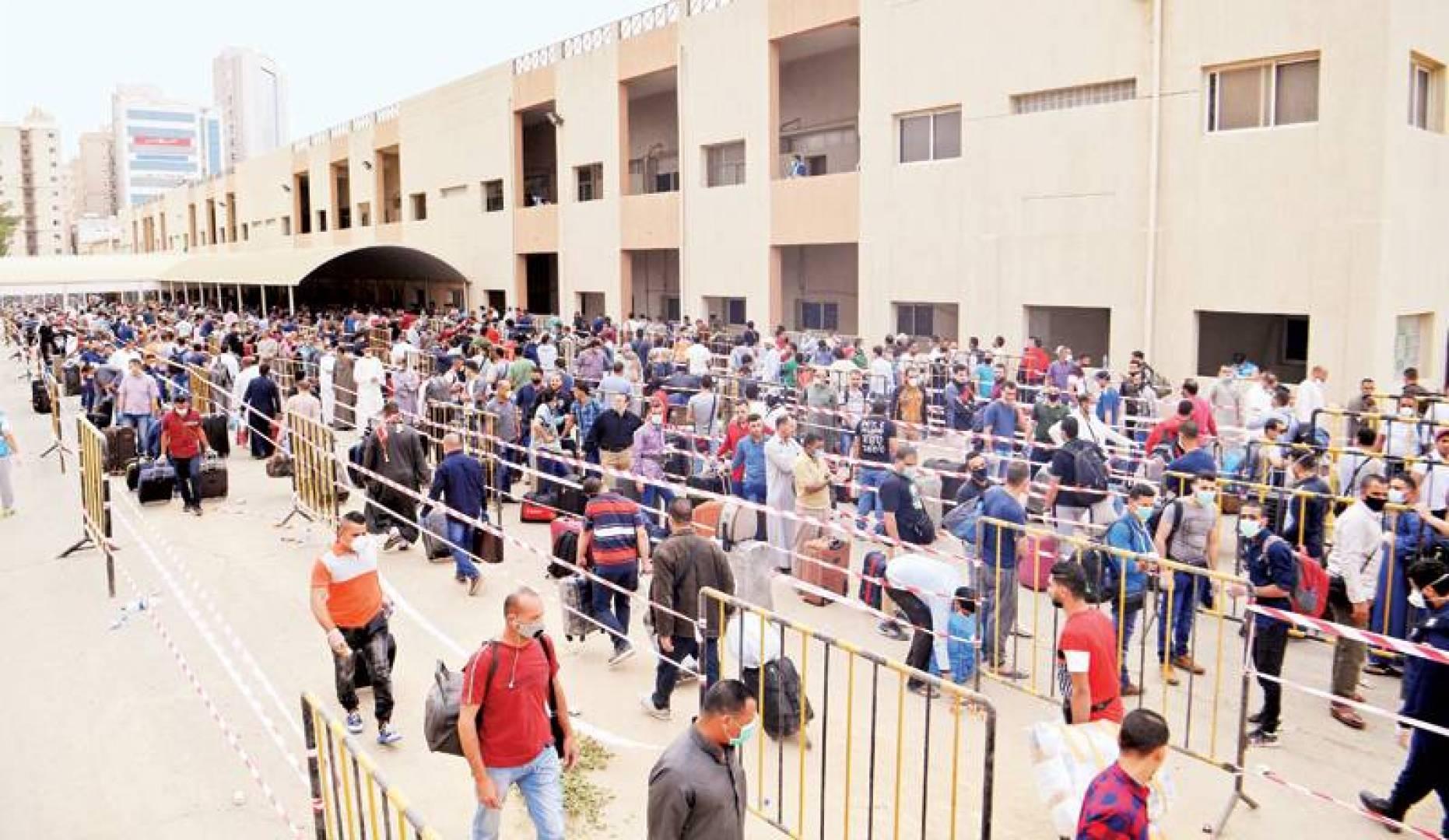 بعض مخالفي الإقامة الذين استفادوا من مهلة «غادر بأمان» (تصوير: بسام زيدان)