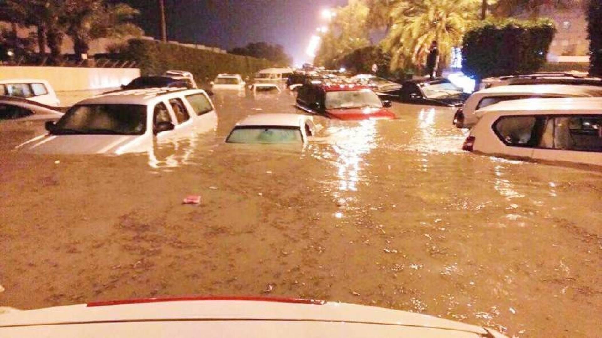 سيارات غارقة في مياه الأمطار المتراكمة (أرشيفية)