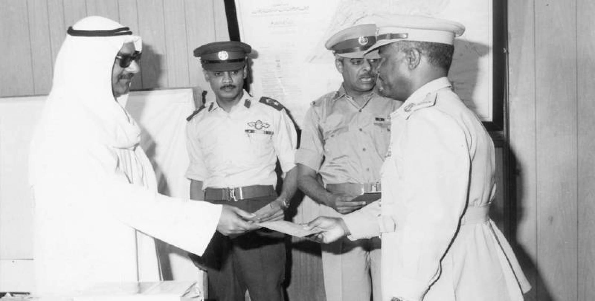 رئيس الأركان يسلم الرتب الجديدة للضباط الذين صدر مرسوم بترقيتهم