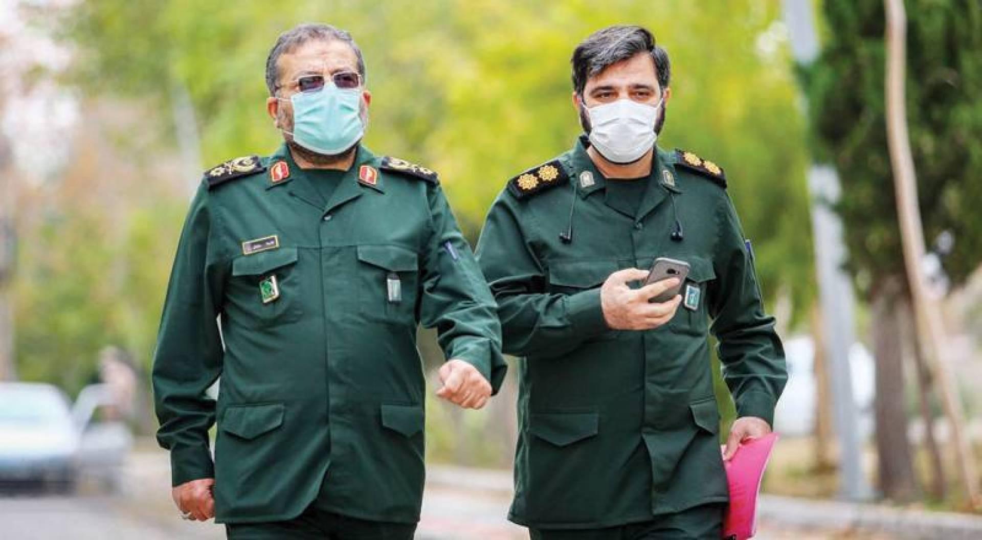 قائد الباسيج في إيران العميد غلام رضا سليماني (في اليمين) ومساعده عقب مؤتمر صحافي للإعلان عن الحد من التضخم في طهران
