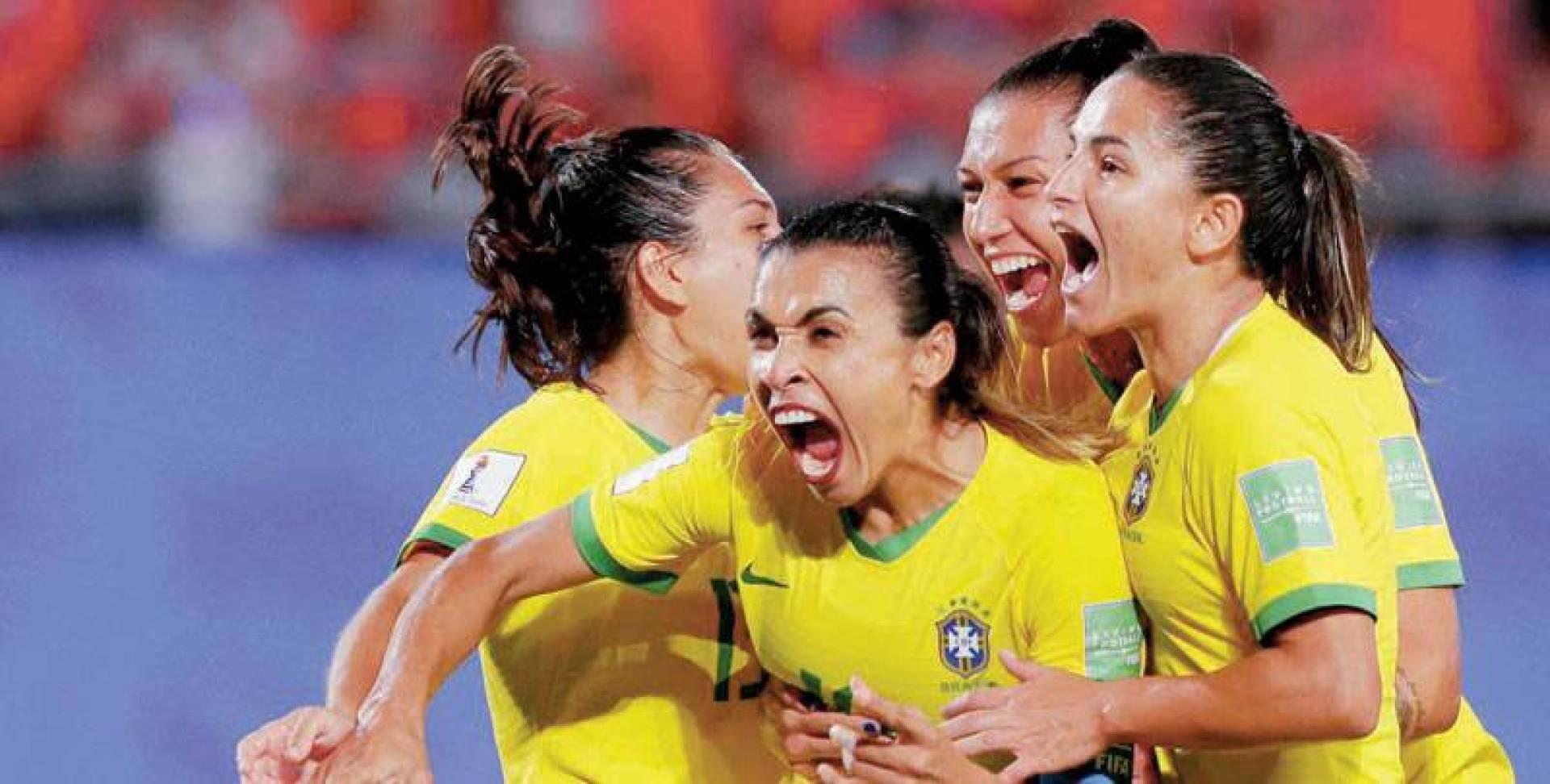 لاعبات المنتخب البرازيلي محتفلات في مناسبة سابقة