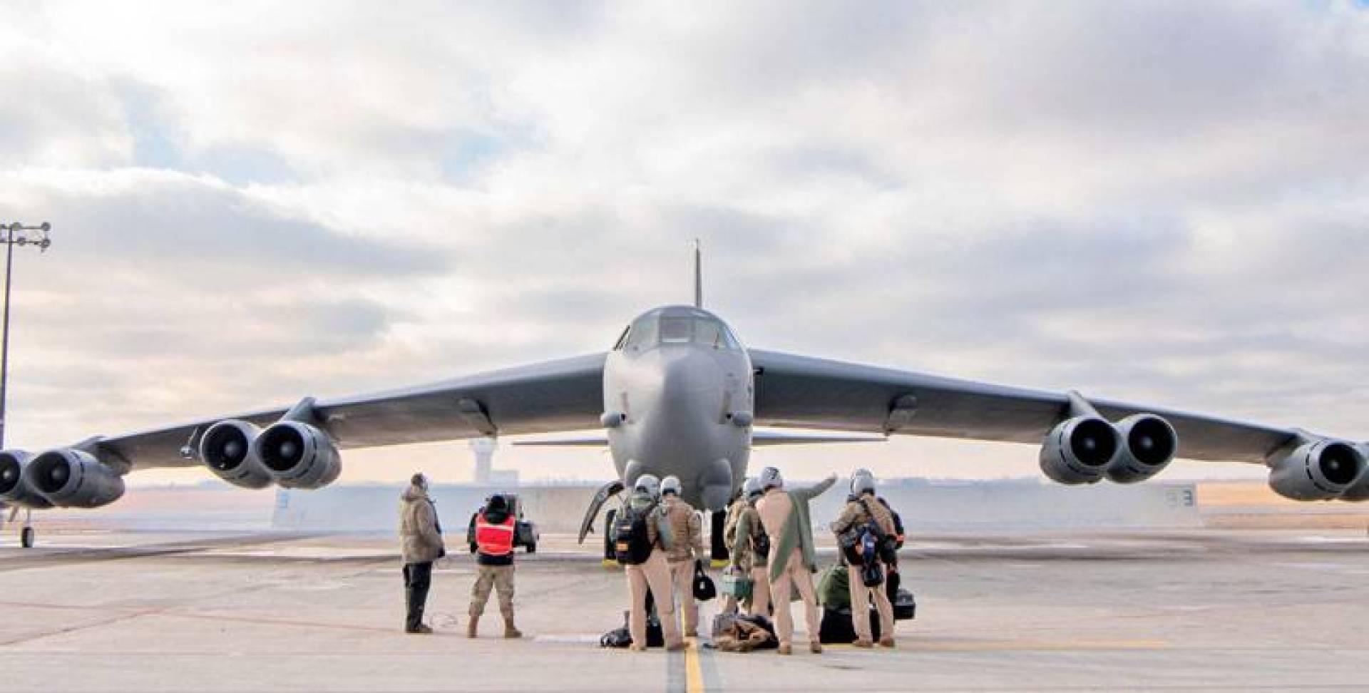 طاقم القاذفة «بي ــــ 52» قبيل إقلاعها نحو الشرق الأوسط من قاعدة مينوت بداكوتا الشمالية