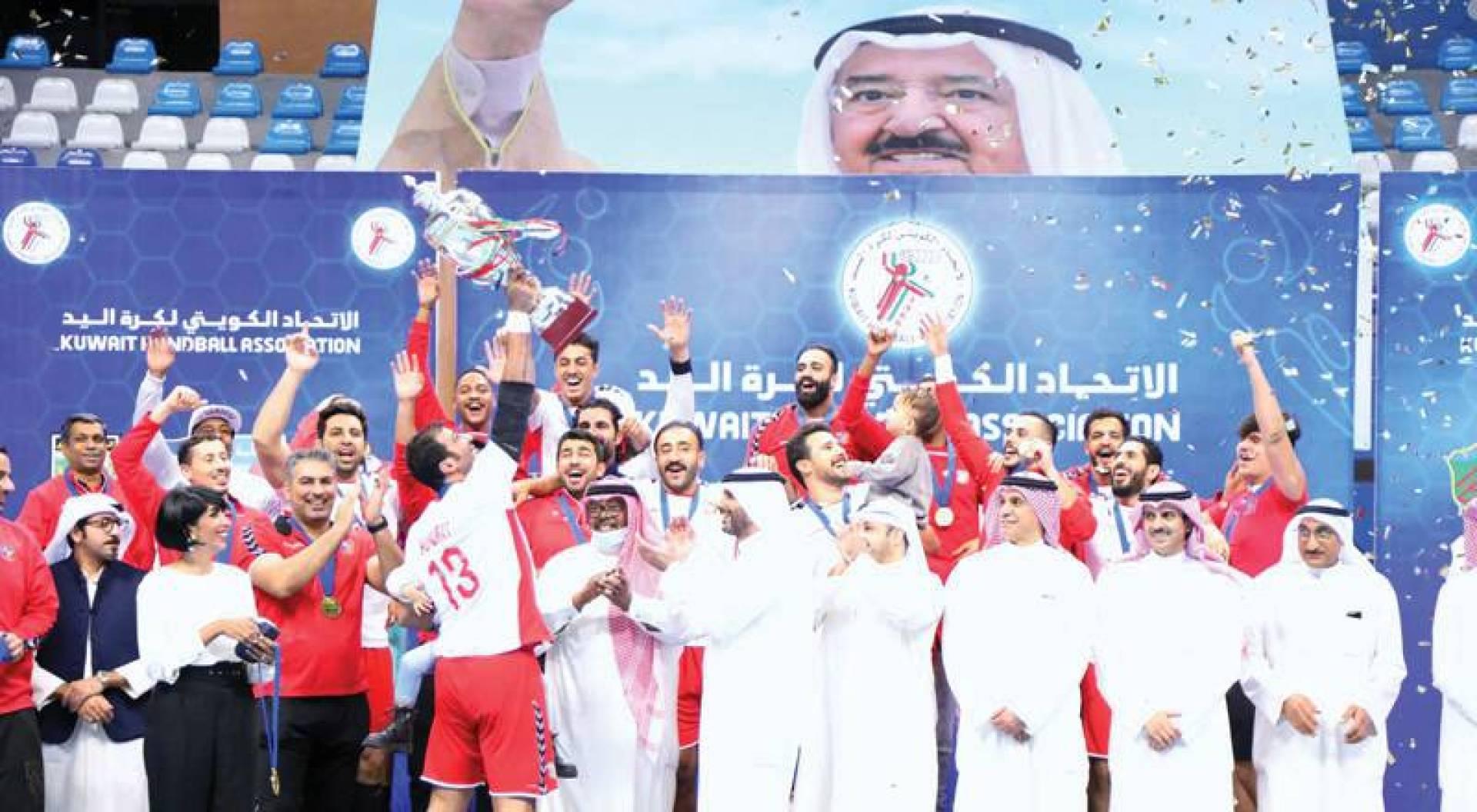 خالد الغانم وناصر صالح يسلمان الكأس لمحمد الغربللي قائد يد الأبيض