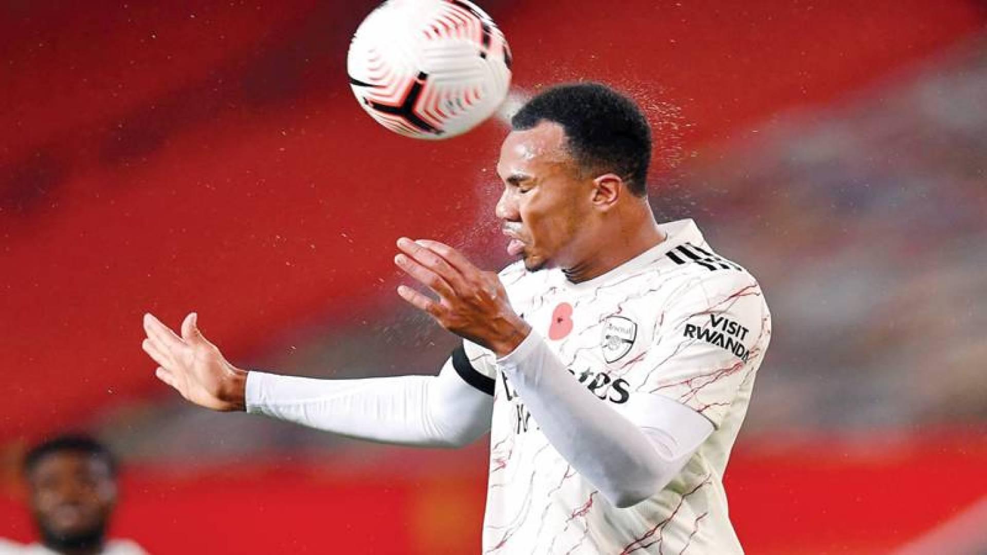 ضرب الكرة بالرأس يسبب الإصابة بالخرف