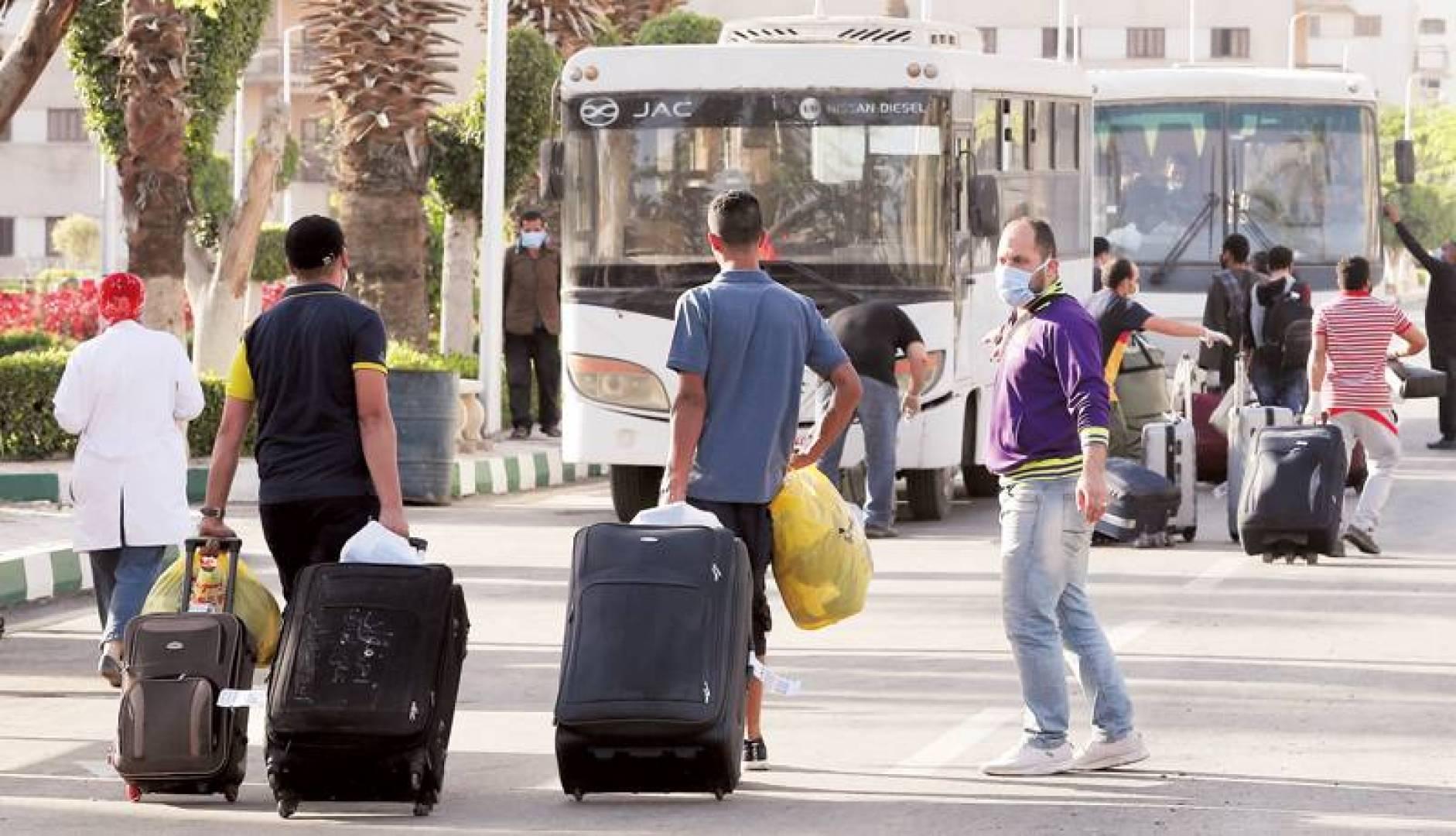 ضغوط حكومية لتوظيف مواطنين تجبر الوافدين على العودة إلى أوطانهم