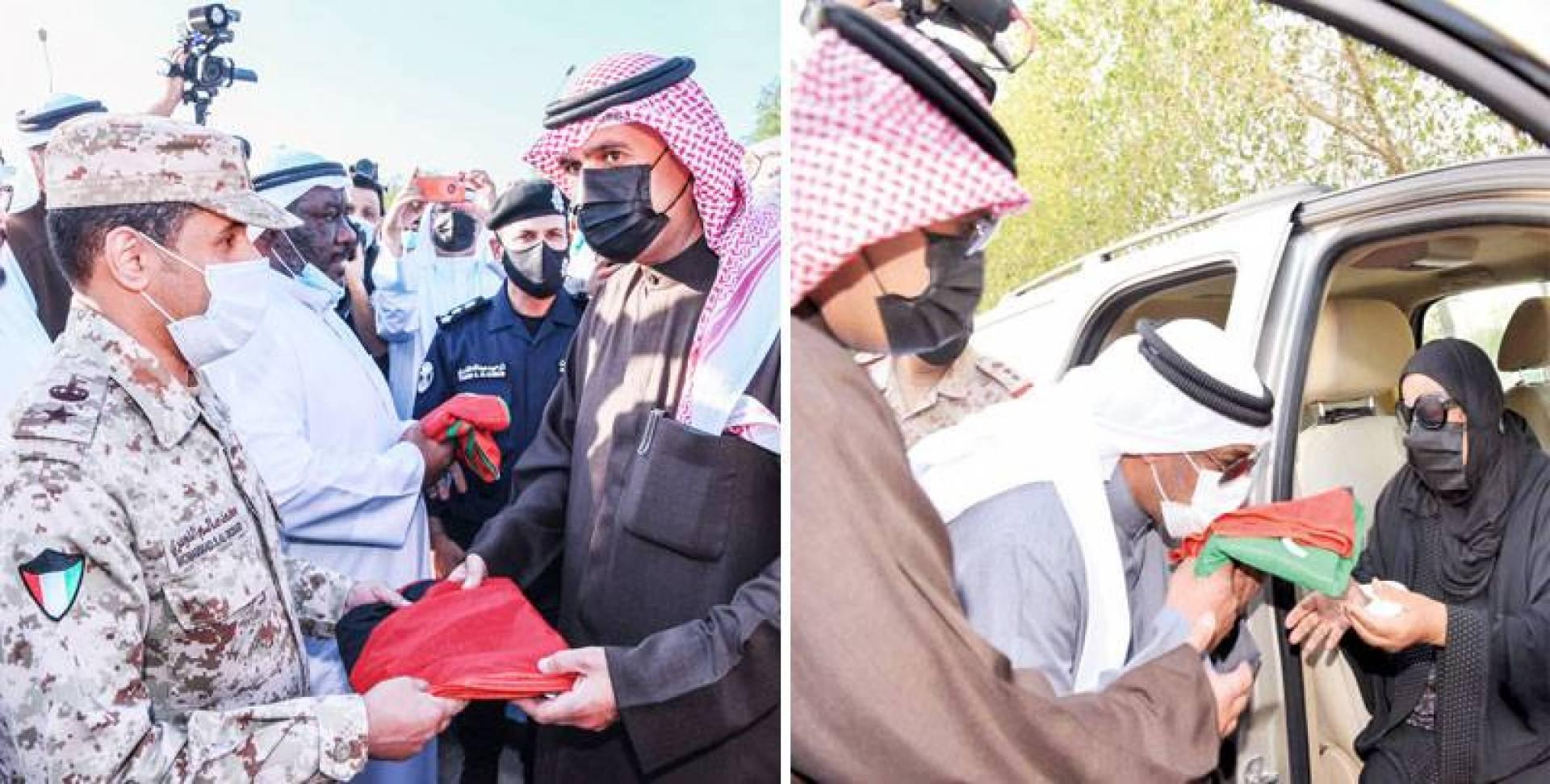 تقبيل علم الكويت - تسليم العلم