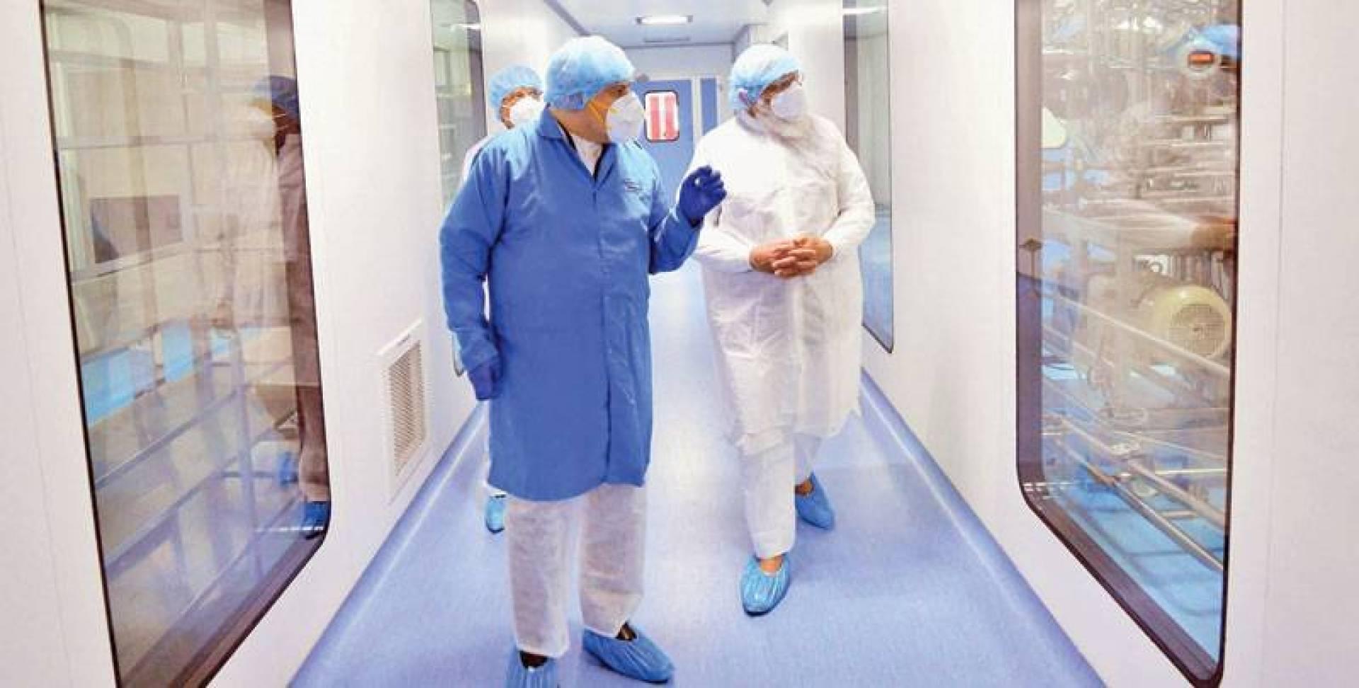 رئيس وزراء الهند ناريندرا مودي (يمين) يزور  منشأة لتصنيع اللقاحات في مدينة أحمد آباد (أ ف ب)
