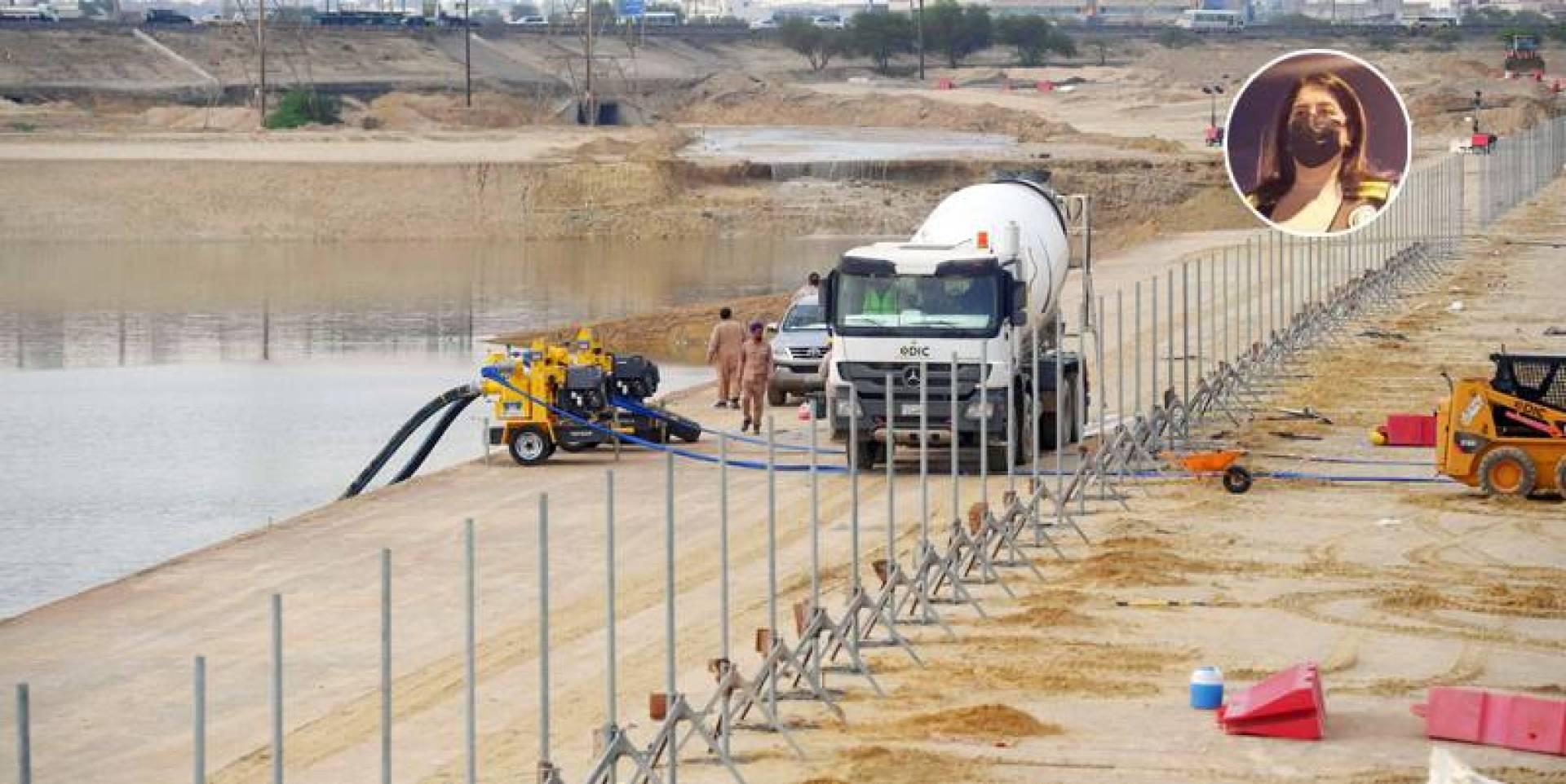 فرق طوارئ «الأشغال» تسحب مياه الأمطار المتجمعة.. وفي الإطار رنا الفارس (تصوير: بسام زيدان)