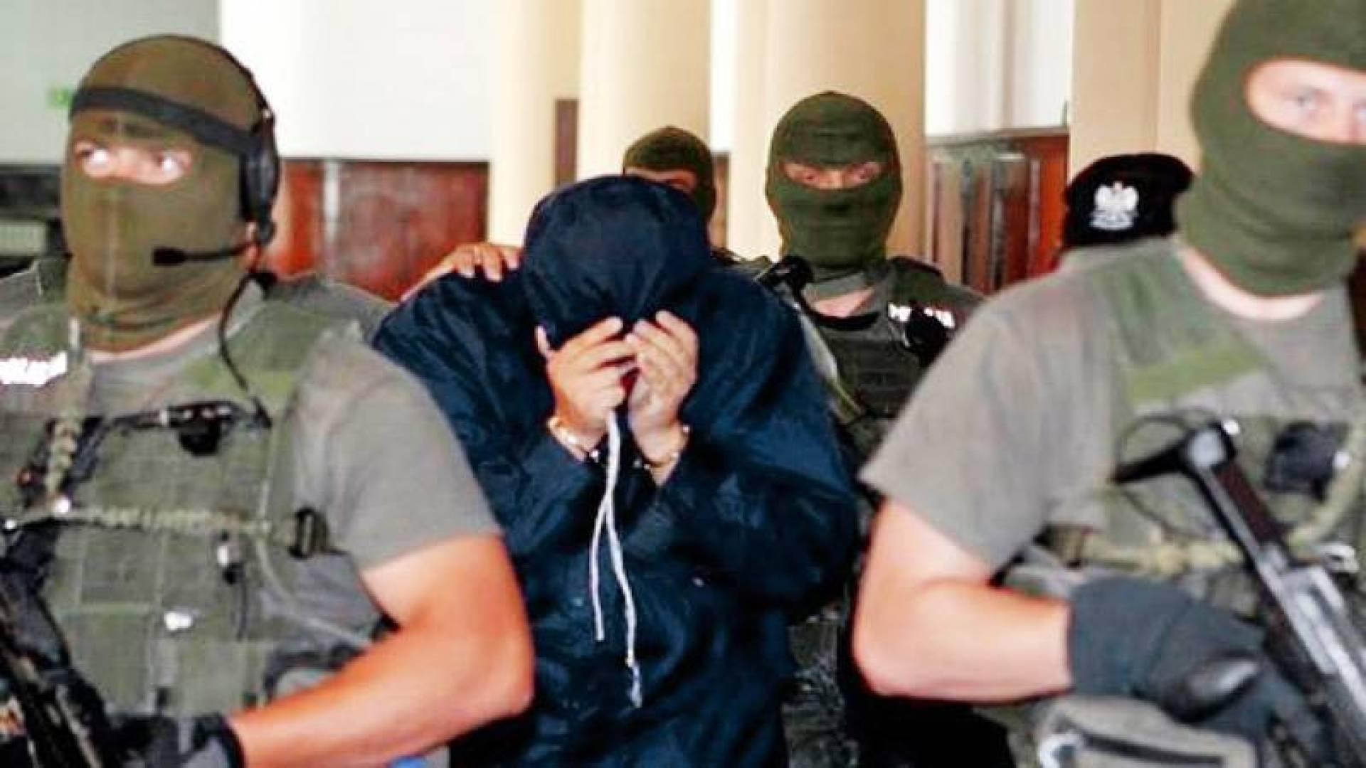 أعضاء من «كيدون» مع أحد المعتقلين