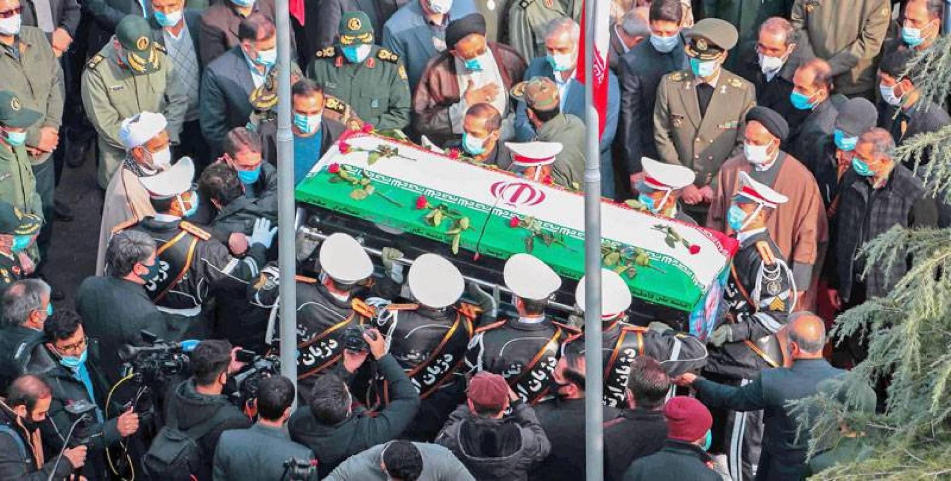 عسكريون حاملين نعش فخري زاده خلال مراسم جنازته في طهران (أ ف ب)