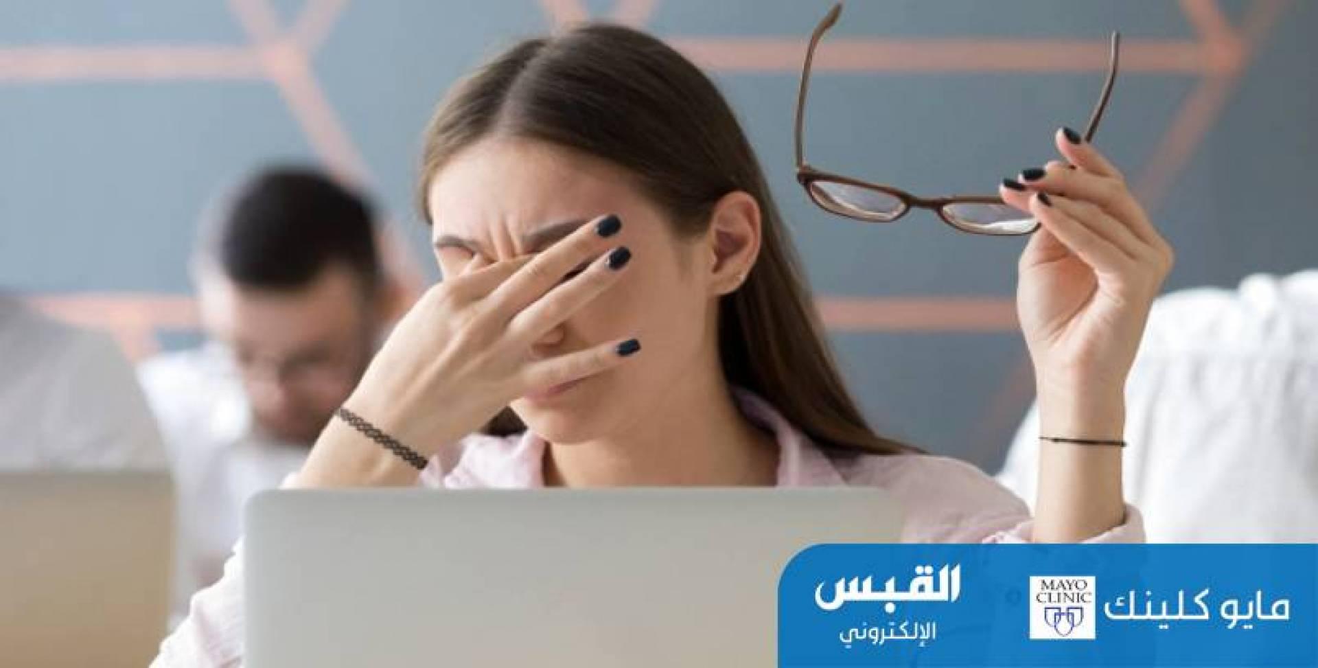 إجهاد العين قد يتسبَّب في التهاب الرقبة أو الكتفين