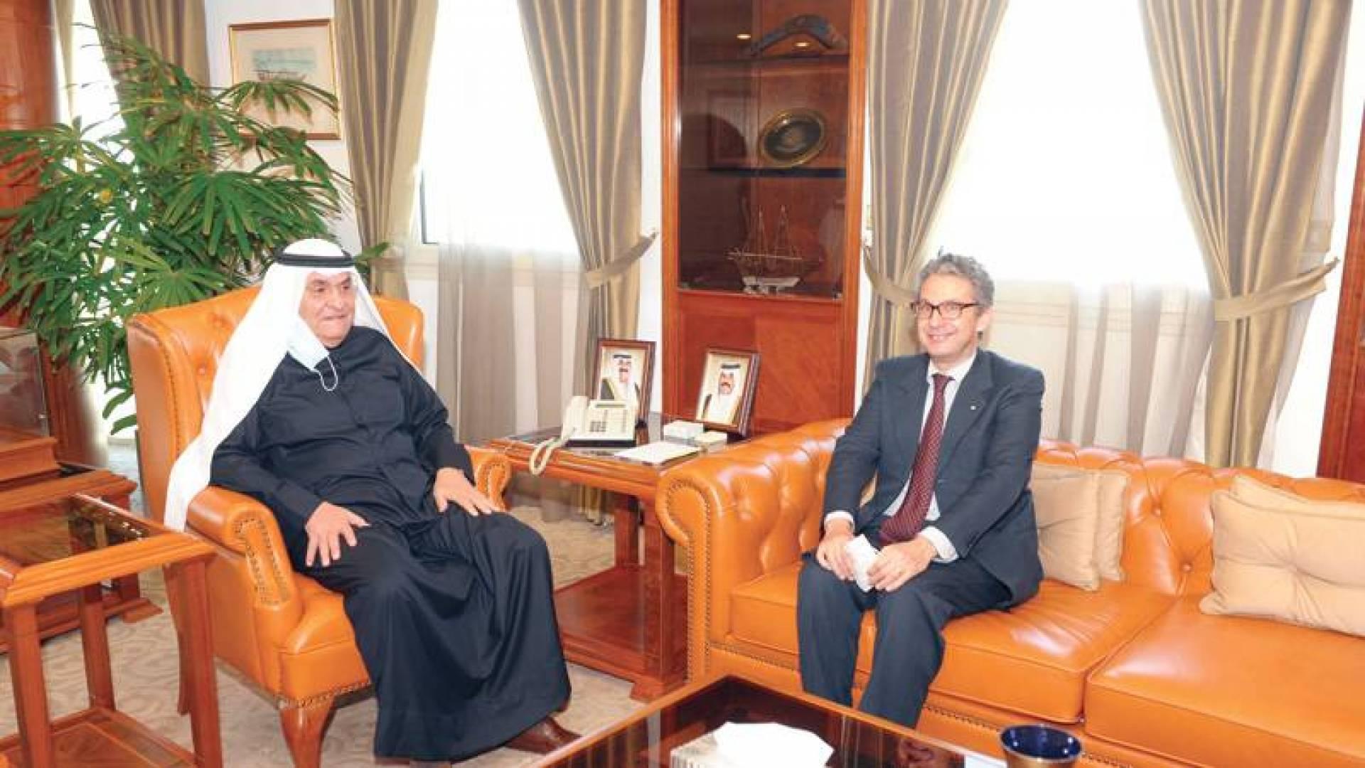 محمد الصقر مستقبلاً السفير الإيطالي لدى البلاد