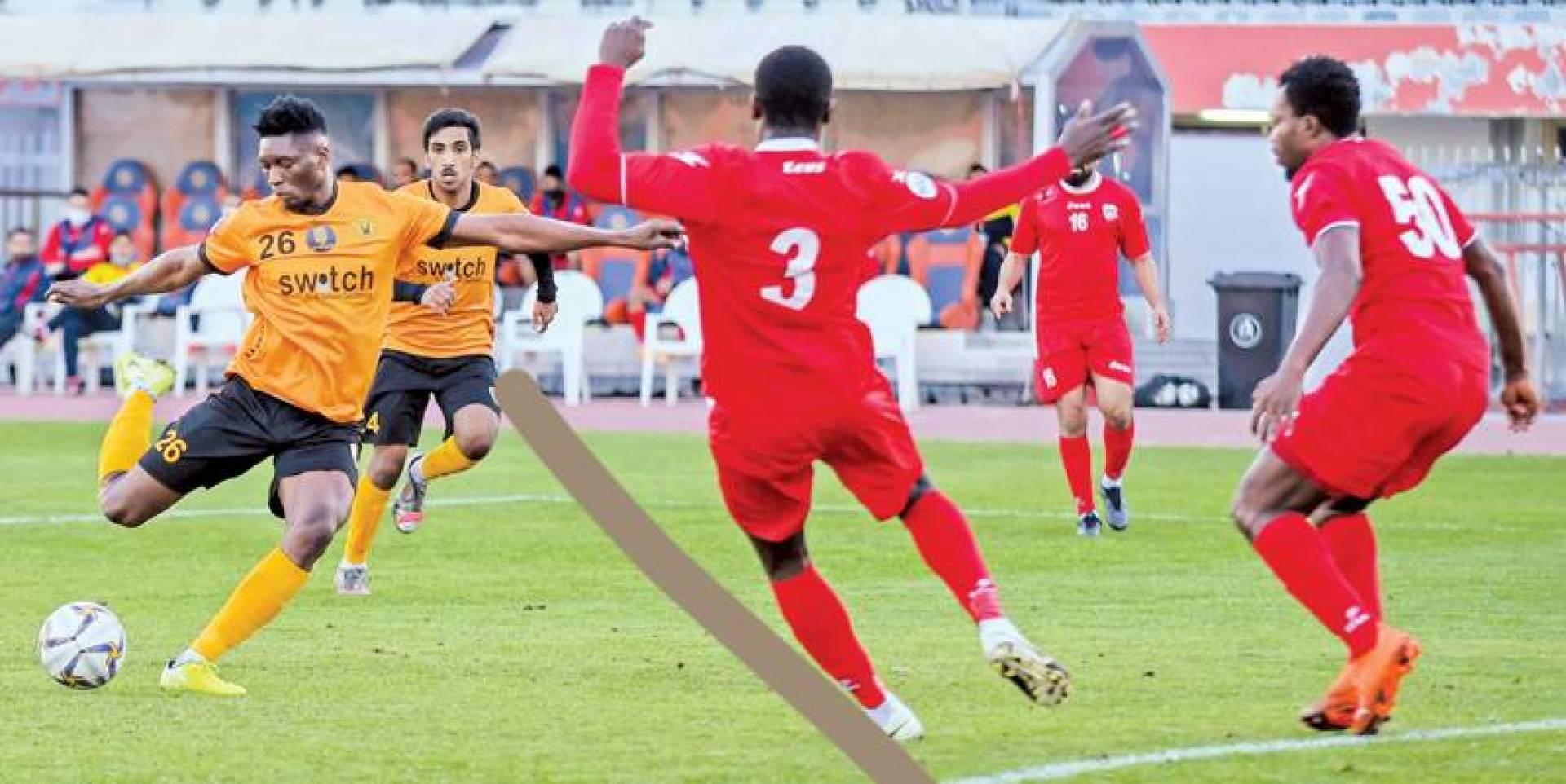 دينيس مسدداً في شباك الصليبخات لإحراز الهدف الأول للقادسية (تصوير: محمود الفوريكي)