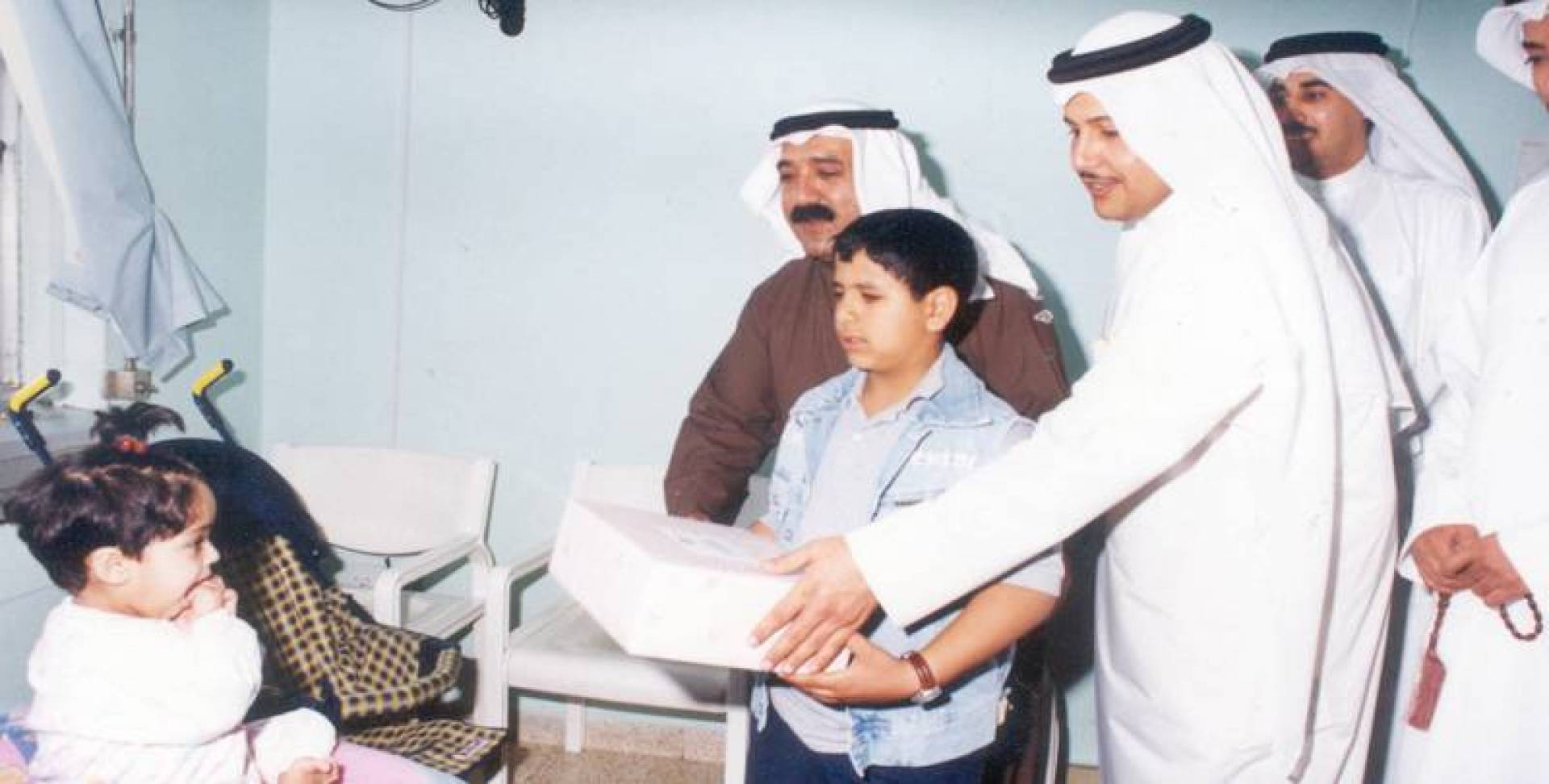 2002 | الشيخ ناصر صباح الأحمد يزور الأطفال المرضى في مستشفى العدان