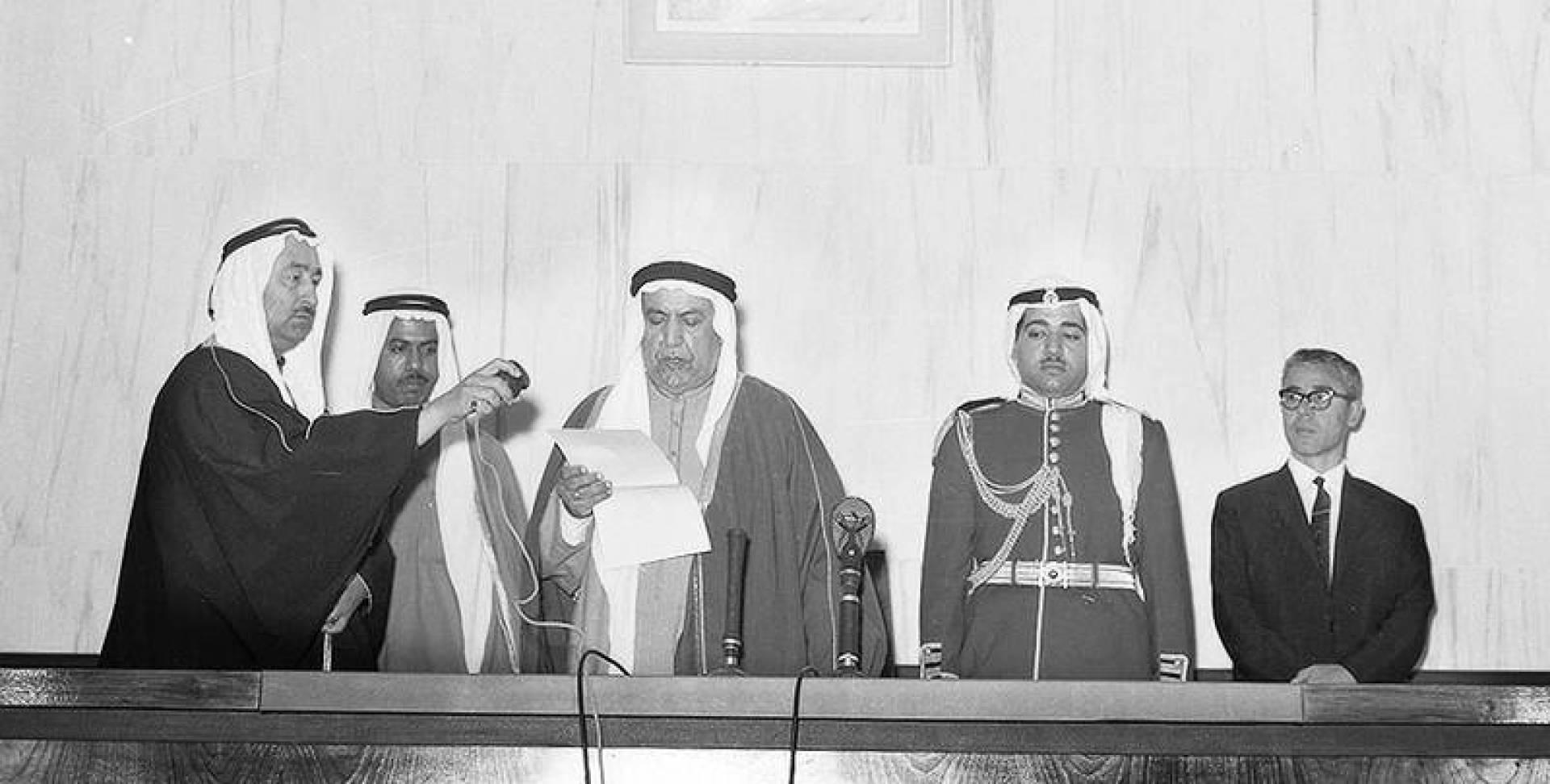 سمو الأمير الشيخ عبدالله السالم الصباح أمير البلاد مفتتحاً أولى جلسات المجلس التأسيسي