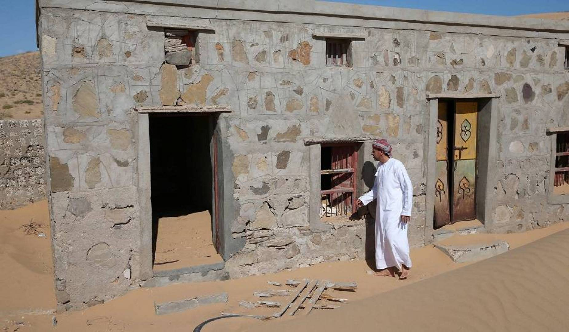 عُمانيون يسعون لإعادة الحياة إلى قرية طمستها رمال الصحراء قبل 30 عاماً