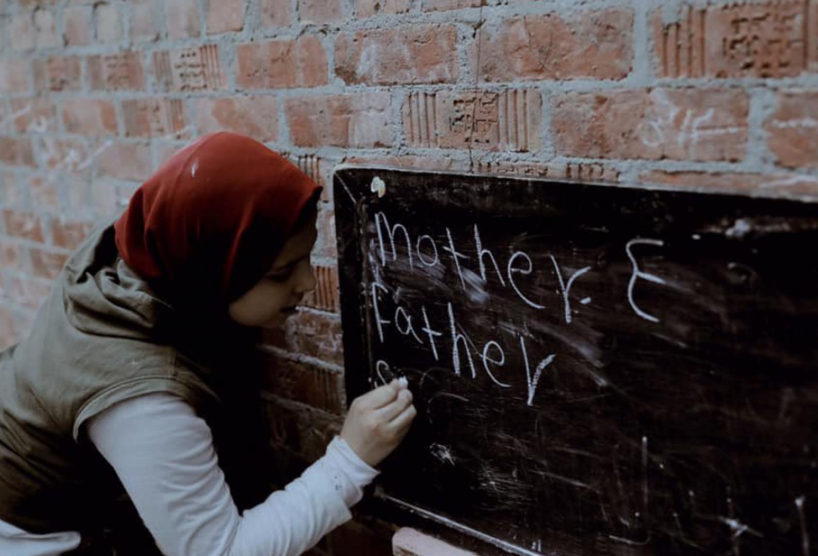 «اسمها ريم».. ما سر الفتاة المصرية التي تحدثت عن صورتها مسؤولة بريطانية؟