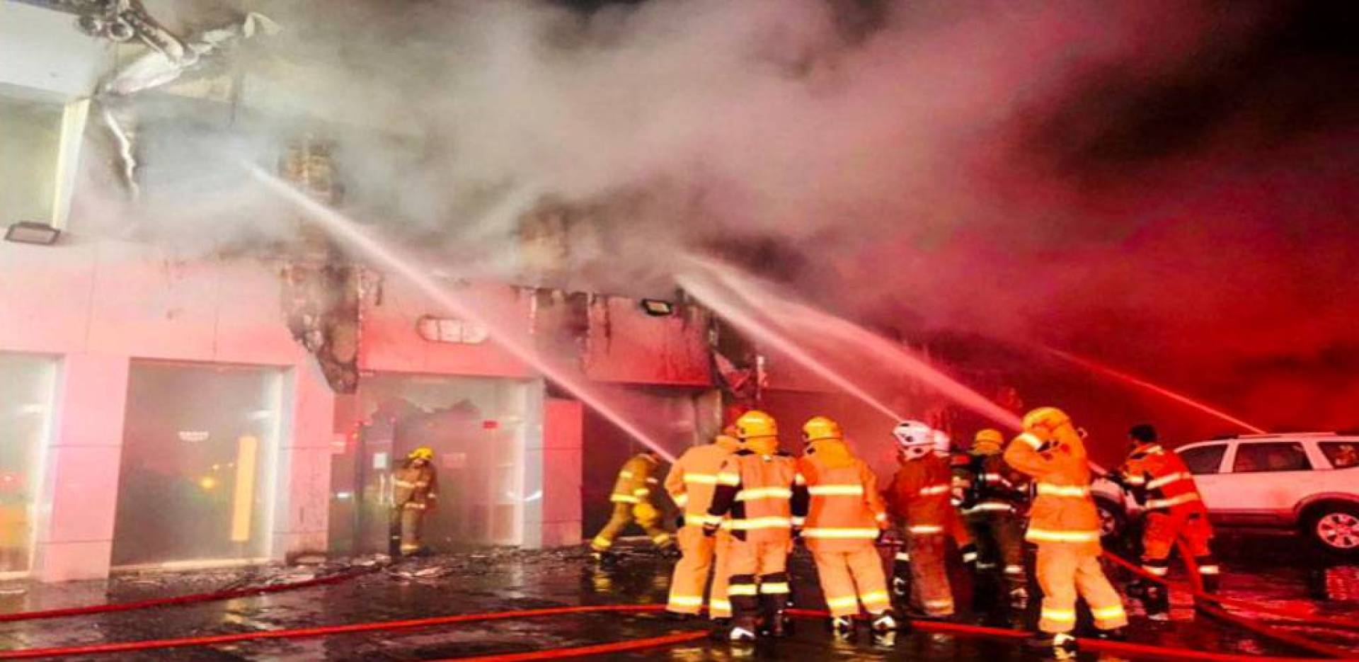 حريق ضخم في معرض أدوات صحية بالشويخ الصناعية