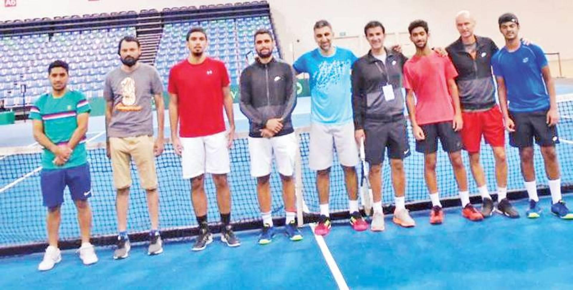 لقطة جماعية للاعبي التنس